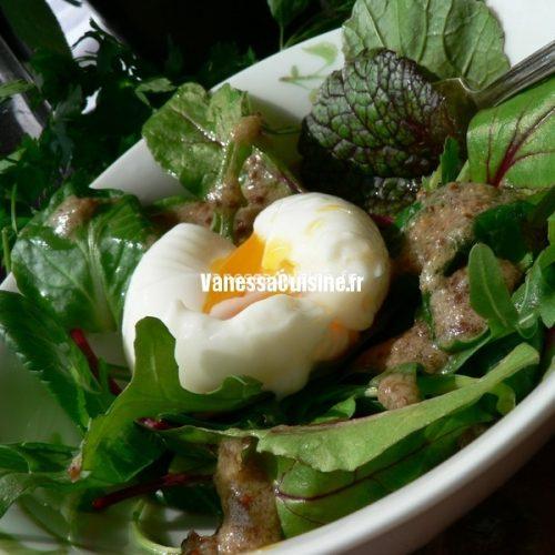Oeuf mollet, mesclun et vinaigrette à la violette