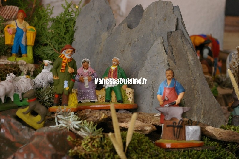merveilleuse crèche de Noël et joli sapin de Baga