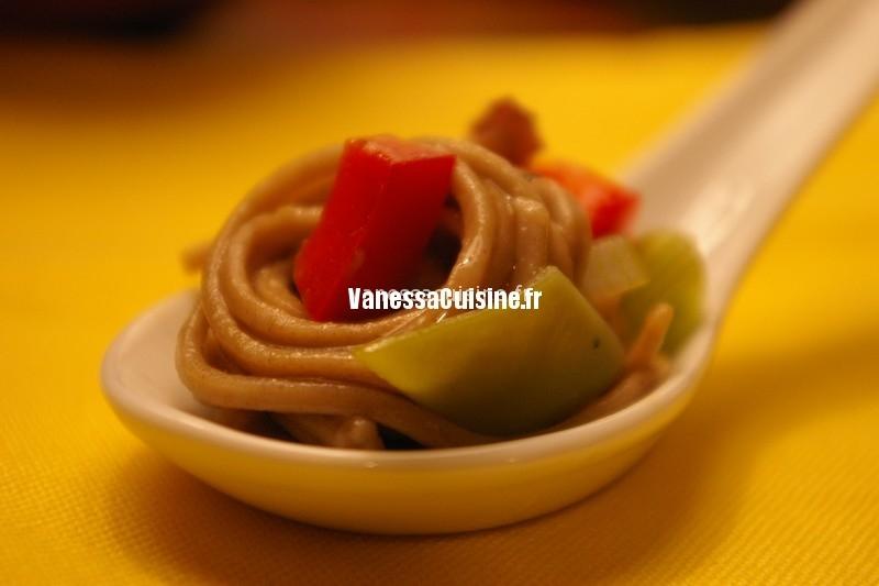 recette de salade tiède de nouilles soba, ciboules et poivrons