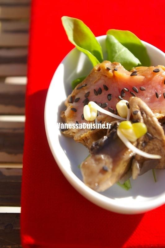 tataki de filet mignon de veau, champignons et sésame noir,