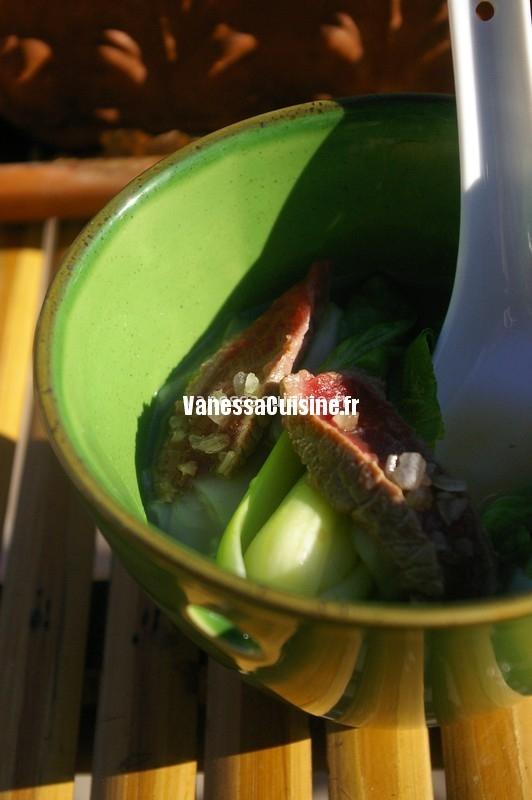 soupe asiatique au bok choi, boeuf et feuilles de riz