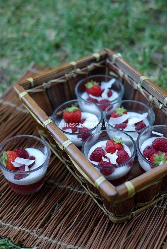 Verrines au lait de coco et coulis de fraise