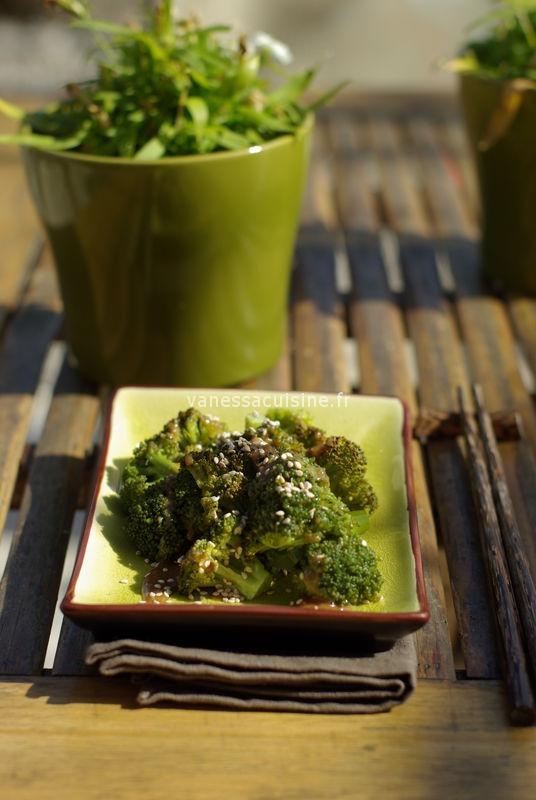 Brocoli, sauce tahine miso