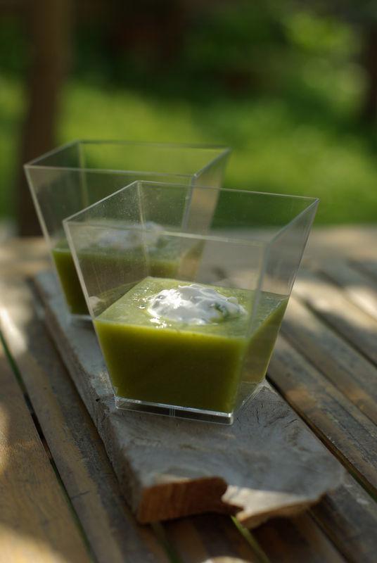Crème d'asperges vertes, quenelle de chèvre à la ciboulette, by Mercotte