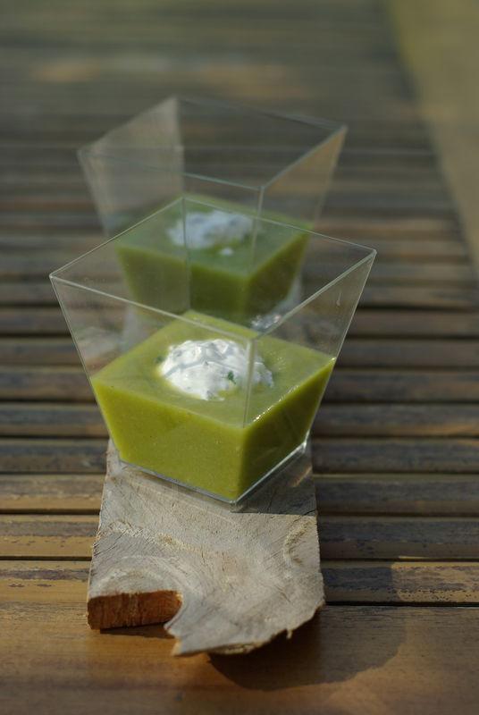 Crème d'asperges vertes, quenelle de chèvre à la ciboulette