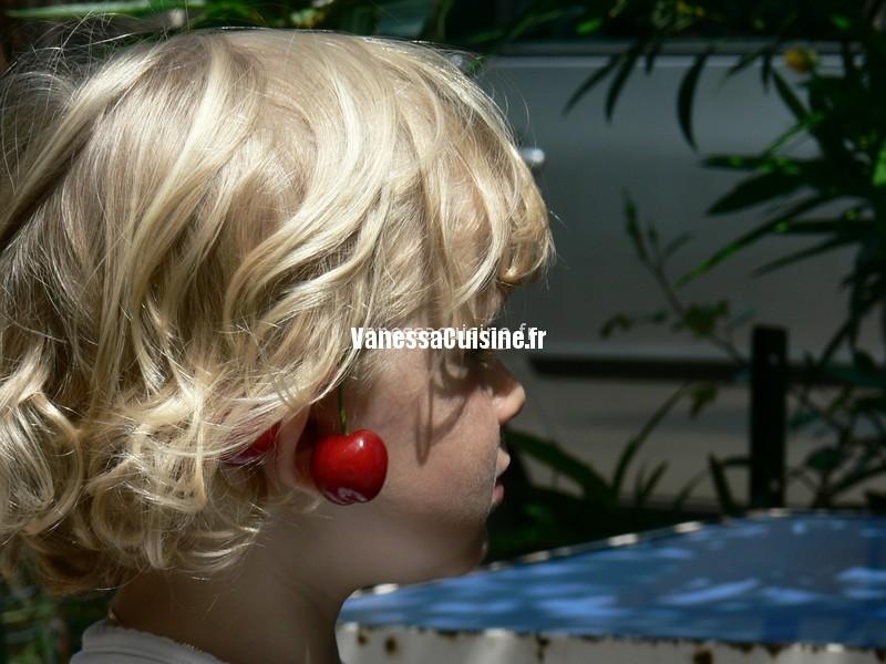 photo d'Ysé avec des boucles d'oreilles cerises