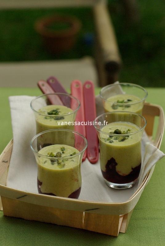 Verrines à la crème de pistache et cerises du jardin
