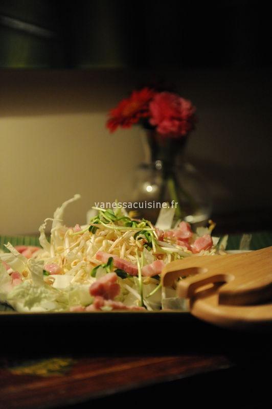 recette de salade de chou chinois, graines germées et lardons