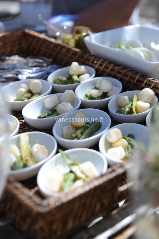 Amuse-bouches aux pétoncles, asperges vertes, huile parfumée
