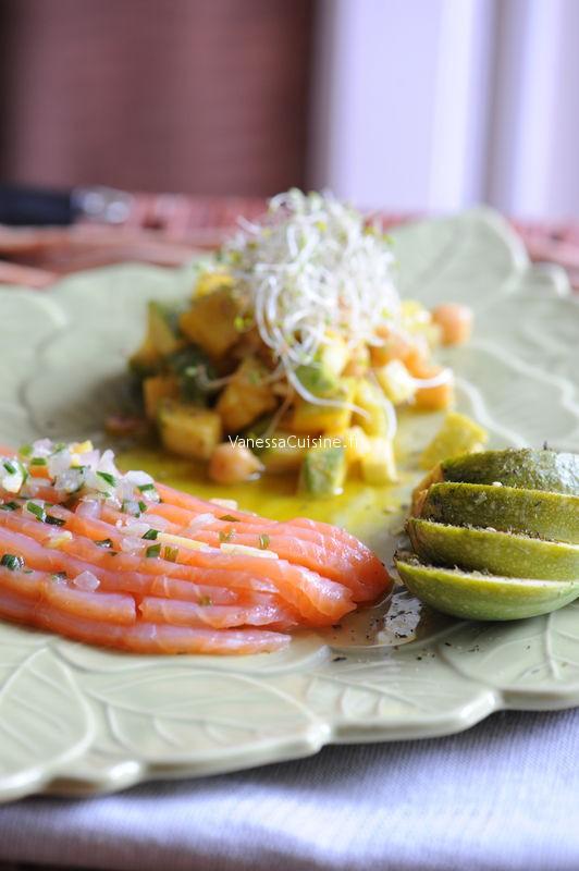 Saumon mariné au citron, salade de courgettes crues et cuites aux pois chiches et au curcuma