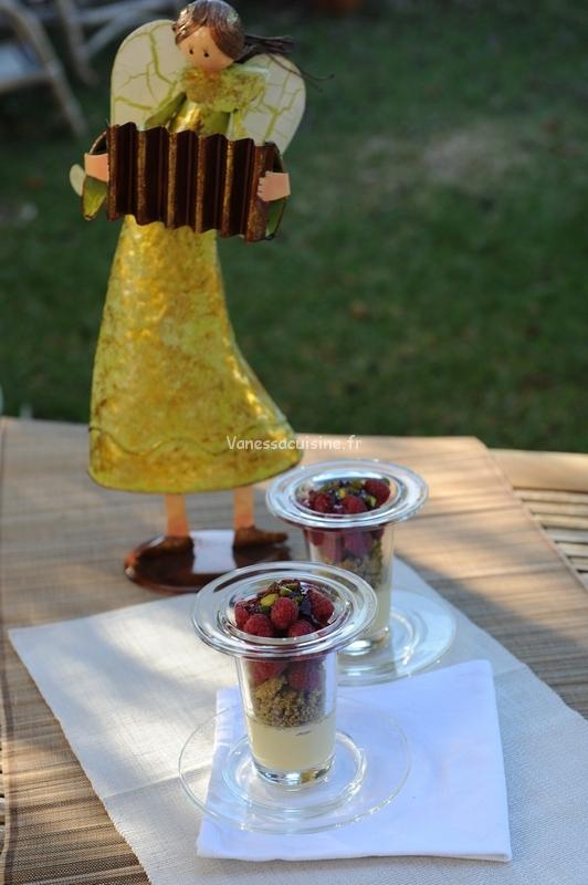 Crèmes brûlées, streusel à la pistache et framboises