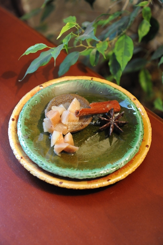 Ultra moelleux à la pistache, compoté de poires aux épices