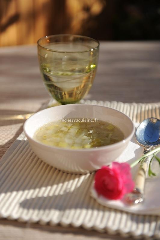 Bouillon détox aux poireaux et légumes de saison