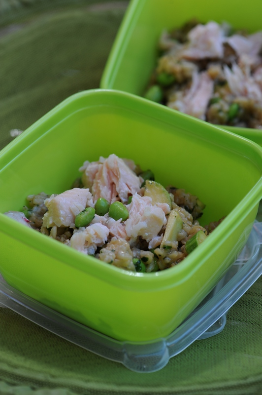 Salade de riz complet, saumon et rouget, edaname