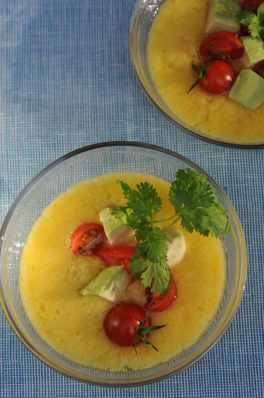 Soupe de tomate jaune, tartare d'avocat et tomates cerises