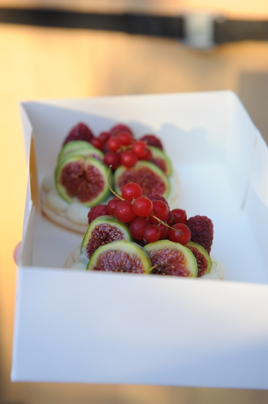 Les tartelettes gourmandes, chocolat blanc, macarons et fruits de saison !