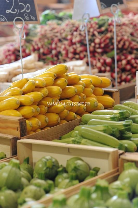Etal de légumes au marché de la vallée rose
