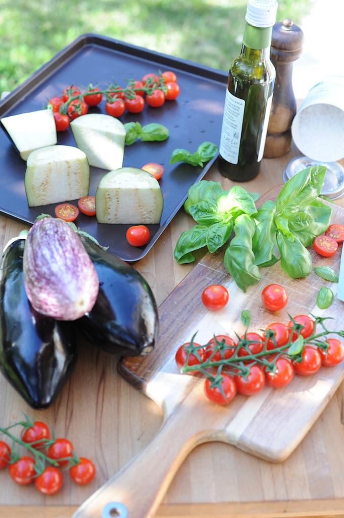 Ingrédients tomates basilic et aubergines Le Sénéquier Saint Tropez Vanessa Romano photographe et styliste culinaire 1