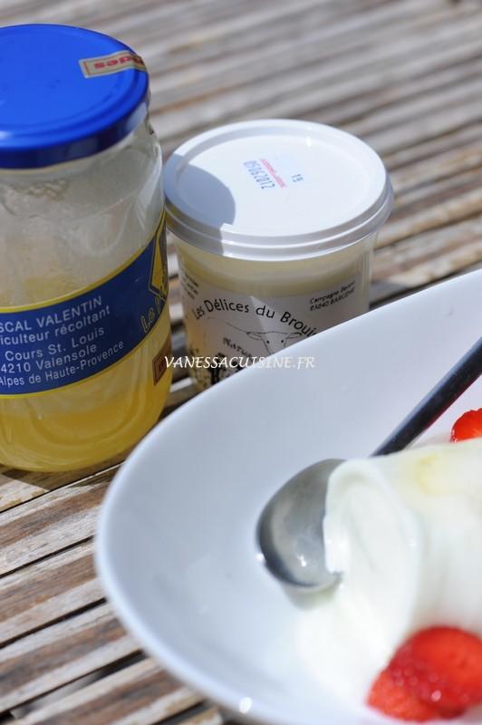 photo d'un yaourt de brebis et miel de lavande