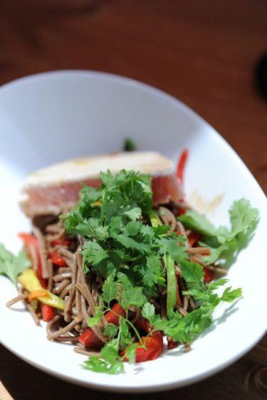 recette de nouilles soba, thon et légumes
