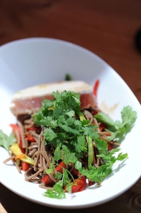 Les nouilles soba, le thon et les petits légumes