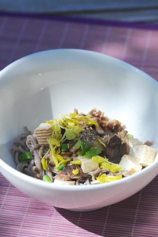 Nouilles soba, shiitaké et tofu mariné