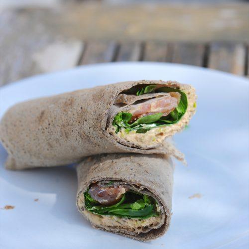 Wrap de sarrasin au saumon fumé, crème d'olive et graines germées