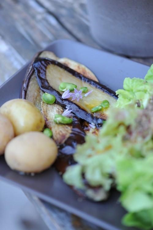 Aubergines poêlées, pommes de terre nouvelles et tapenades