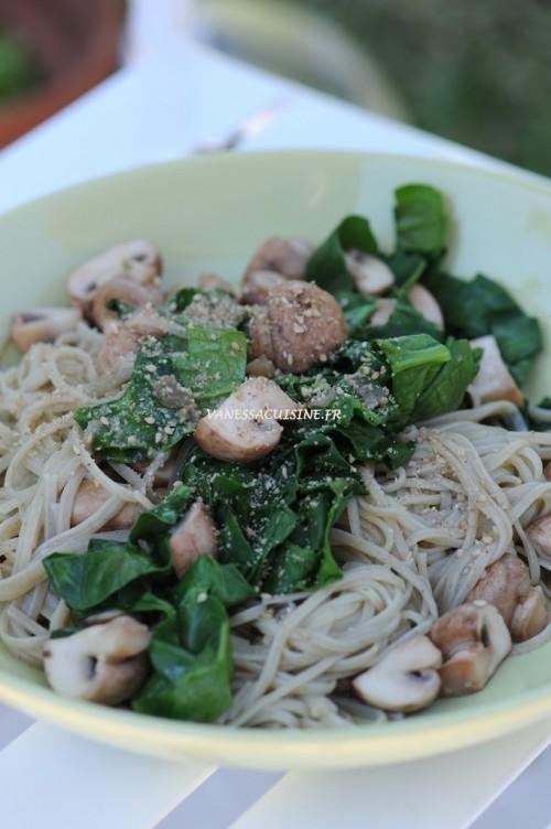 Nouilles de riz au wakamé, épinards frais et champignons