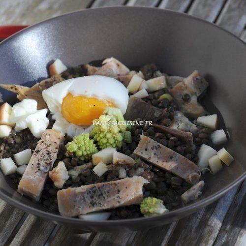 Salade de lentille Beluga, maquereau fumé et oeuf mollet