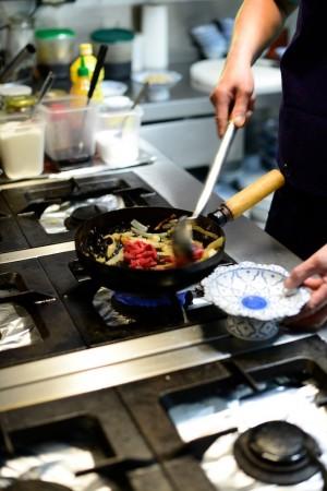 photo culinaire ajouter la viande dans le wok