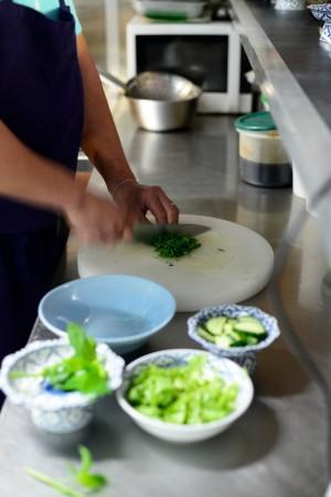 photo culinaire émincer la menthe pour le bo bun