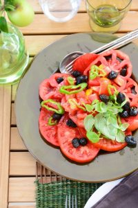 Salade-de-tomate-aux-olives-Tomatoe-salad-in-Provence-Roasted-vegetables-on-a-summer-table-in-Provence-Vanessa-Romano-Photographe-et-styliste-culinaire.jpg