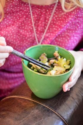 Wok de porc et pak choi aux nouilles de riz noir (sans gluten) - Wok with pork and bok choi (gluten free) - Vanessa Romano-Photographe et styliste culinaire- (1)
