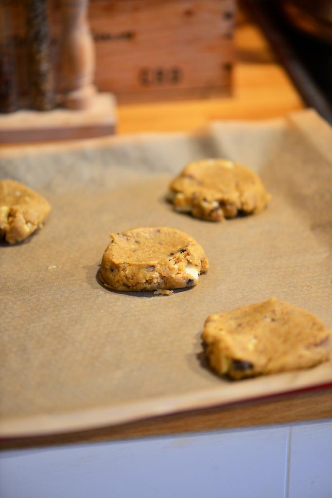 aplatir légèrement les cookies avec le dos de la cuillère à glace