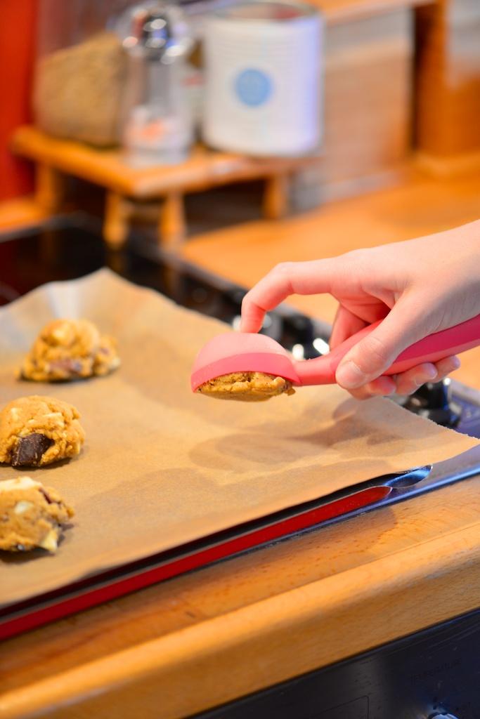 prélever la pâte à cookies avec une cuillère à glace