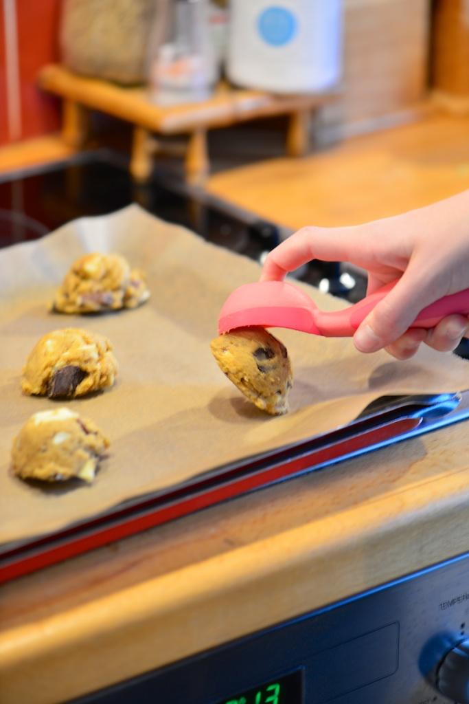 déposez la pâte à cookies sur la plaque à four