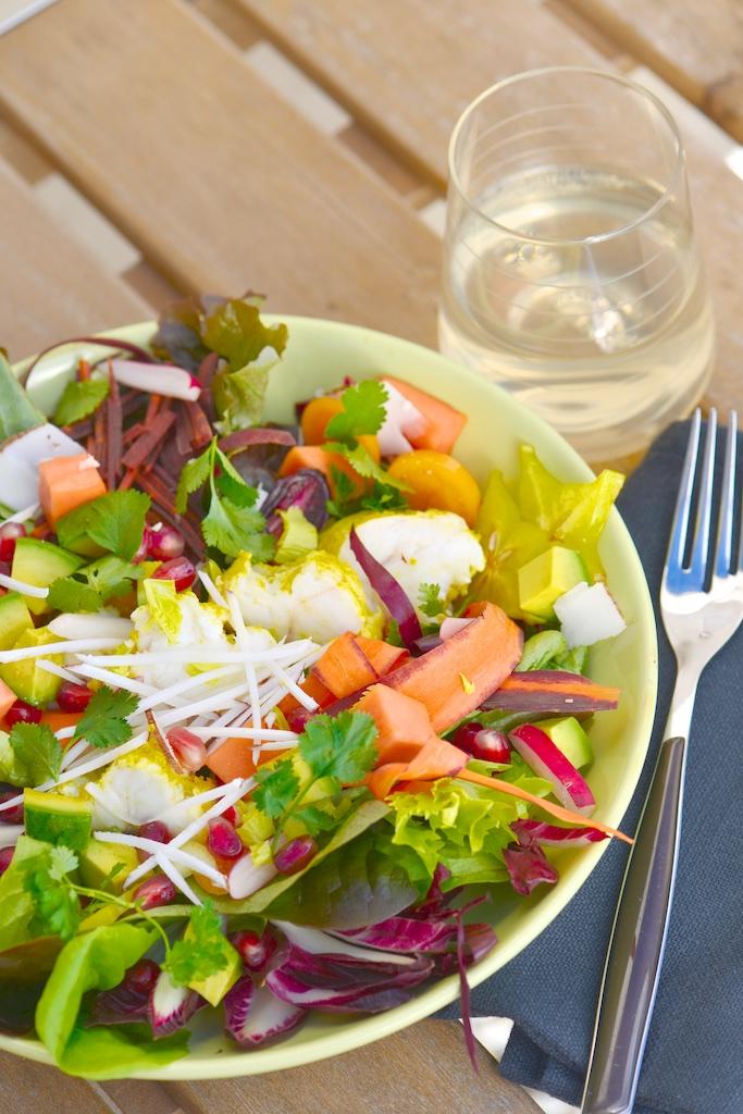 Salade folle aux fruits exotiques et lotte marinée au curry