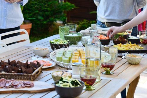 photo culinaire d'un apéritif au jardin