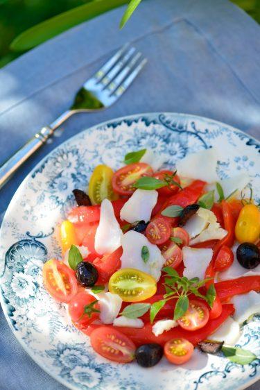recette de salade de morue, poivrons, olives noires et tomates cerises