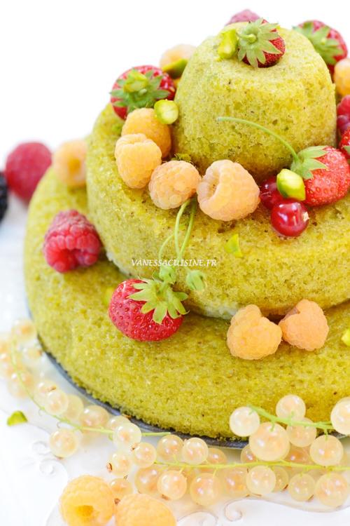recette de Gâteau d'anniversaire à la pistache et aux fruits rouges