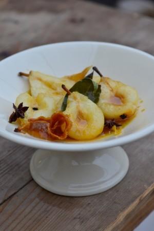 photo culinaire de poires rôties dans un compotier