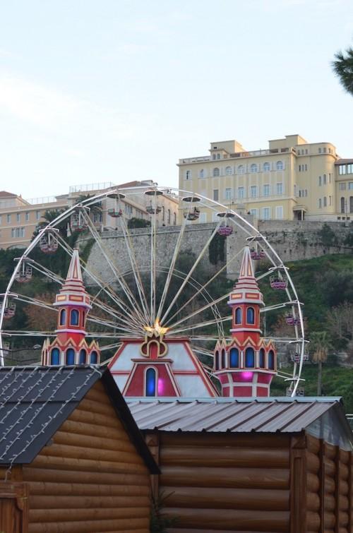 Grande roue au marché de Noël à Monaco