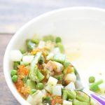 Salade tiède de légumes de printemps et oeufs de truite