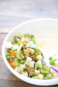 Salade de légumes de printemps, oeufs de truite