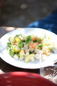Photo de salade de légumes à la vapeur et truite fumée