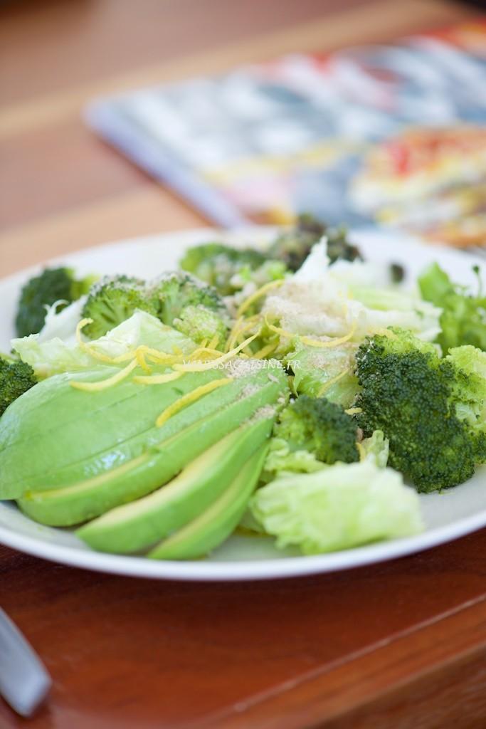 Salade de romaine, brocolis et avocat, zestes de citron et gomasio de tournesol