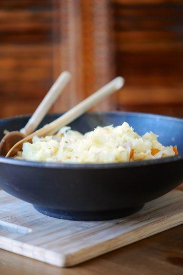 photo culinary d'un wok au chou de pâques et pétoncles