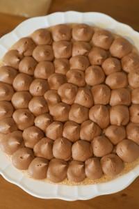photo culinaire d'une crème pralinée en cours de pochage