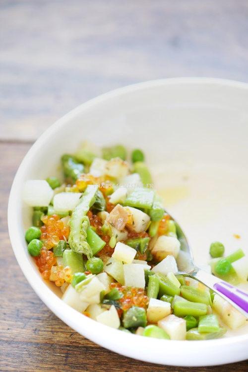 recette d'une assiette de légumes de printemps tièdes et oeufs de truite